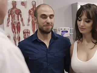 Fucking hot patient Lexi Luna gets her mouth and pussy fucked during interpretation