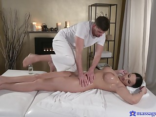 Dominate fit together Jolee Love spreads her hands thither be fucked during a rub down